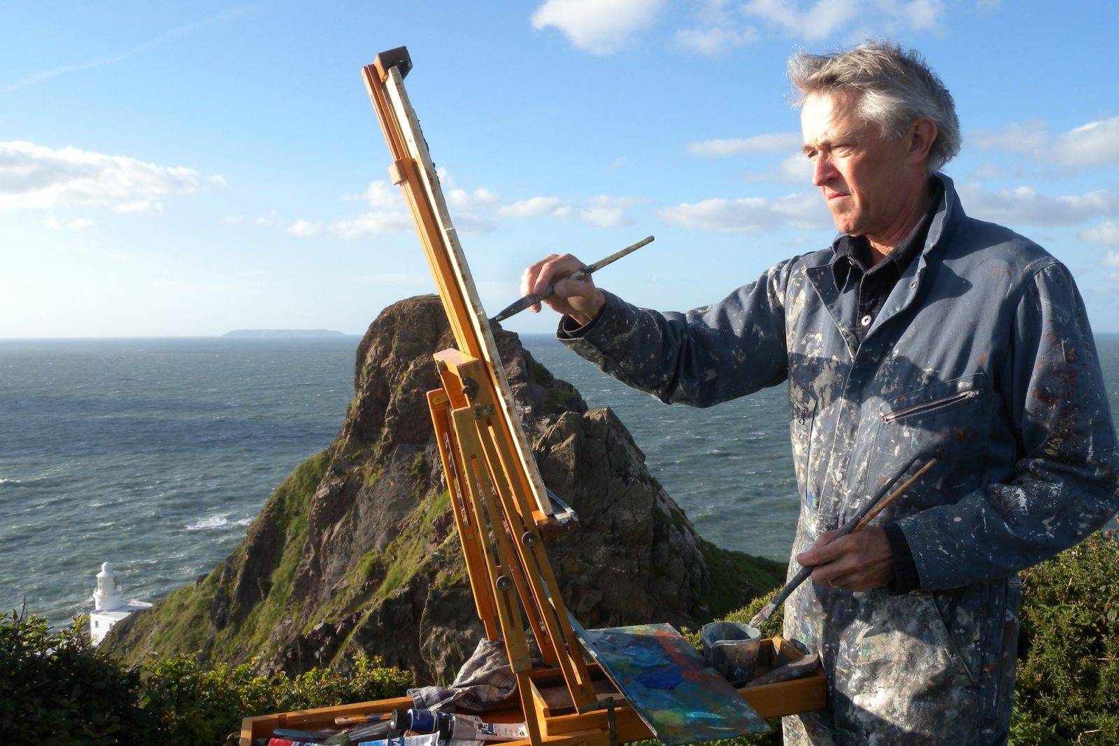 Jeremy Gardiner painting Hartland Point lighthouse, Devon plein air, photo © Veronica Falcão
